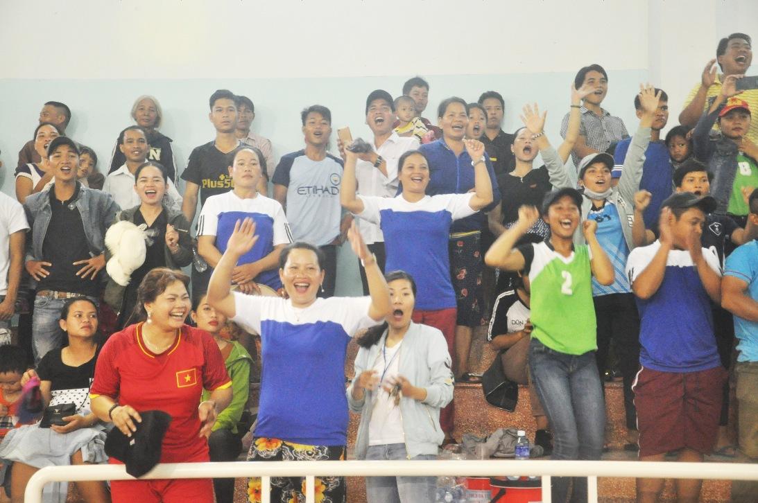 Khán giả cổ vũ cuồng nhiệt cho các VĐV thi đấu
