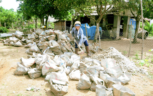 Xây dựng hạ tầng ở xã Bình Chánh được thuận lời nhờ sự hưởng ứng và góp công sức từ nhân dân.