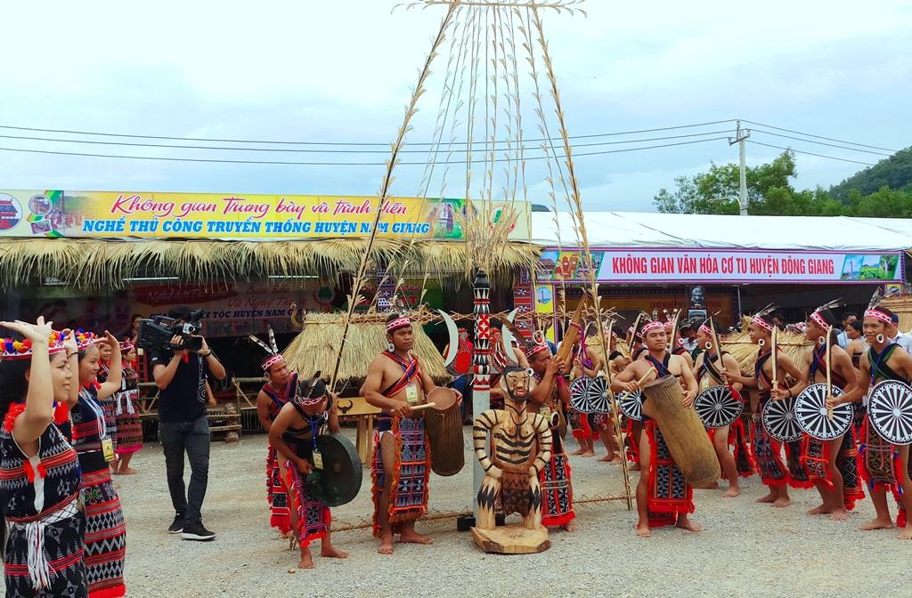 Các nghệ nhân Cơ Tu trình diễn múa trống chiêng, tái hiện không gian lễ hội ăn mừng lúa mới. Ảnh: A.N