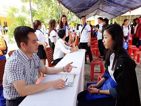 Đại học Đà Nẵng tư vấn tuyển sinh cho học sinh Quảng Nam. Ảnh: C.N