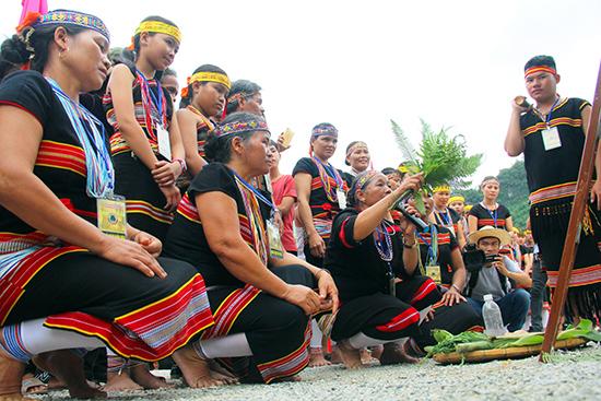 Nghi thức cúng thần linh trong lễ hội ăn mừng lúa mới của đồng bào Bh'noong ở huyện Phước Sơn. Ảnh: ALĂNG NGƯỚC