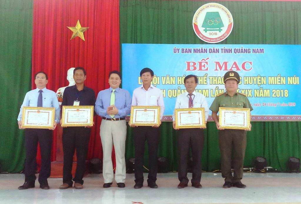 Các tập thể, cá nhân có thành tích phục vụ lễ hội nhận được bằng khen của UBND tỉnh. Ảnh: A.N