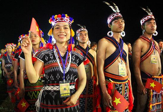 Những chàng trai, cô gái Cơ Tu huyện Nam Giang vui đón khách trong ngày hội.  Ảnh: ALĂNG NGƯỚC