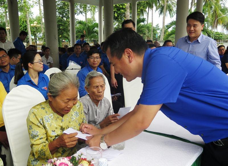 Cán bộ Trung ương Đoàn tặng quà cho Mẹ Việt Nam anh hùng. Ảnh: A.Đ