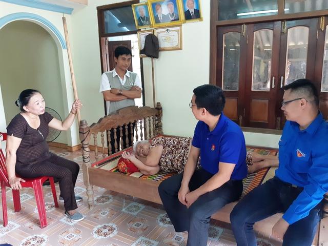 Đoàn đã đến thăm hỏi, động viên, trao tặng quà cho Mẹ VNAH Nguyễn Thị Tửu tại xã Duy Châu. HOÀNG LIÊN