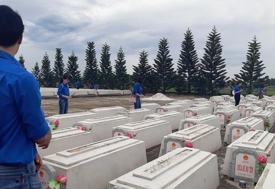 Viếng hương các anh hùng liệt sĩ, người có công tại nghĩa trang liệt sĩ huyện Duy Xuyên. Ảnh: HOÀNG LIÊN