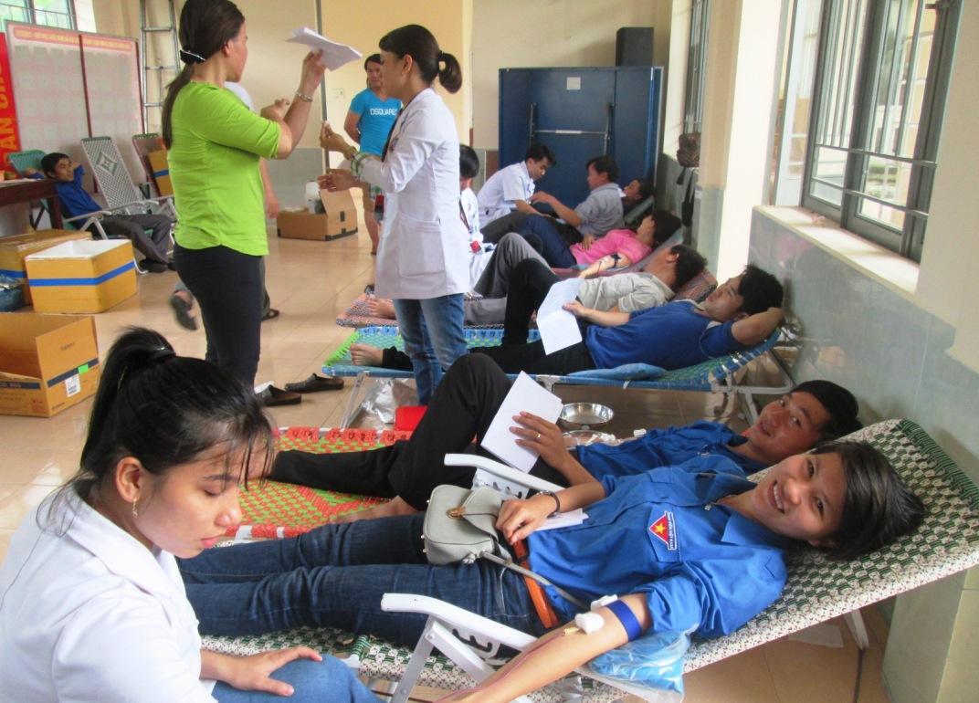 Đoàn viên thanh niên huyện Duy Xuyên tích cực tham gia hiến máu tình nguyện. Ảnh: HOÀI NHI