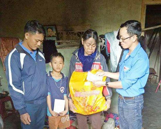 Các đoàn thể trong nhà trường trong một lần giúp đỡ em Sơn. Ảnh: AN HOÀNG
