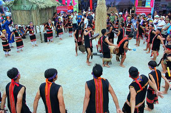 Những sắc màu văn hóa được đồng bào mang đến lễ hội.
