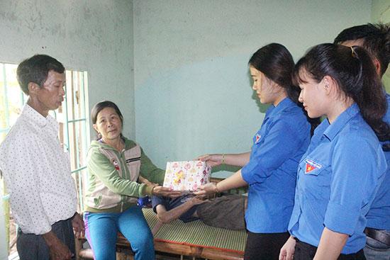 Các hoạt động thăm hỏi, tặng quà cho gia đình người có công được tuổi trẻ thực hiện trong Tháng đền ơn đáp nghĩa. Ảnh: D.L