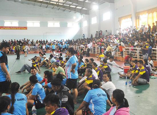 Nhà Văn hóa - thể thao huyện Nam Giang luôn chật kín người xem.