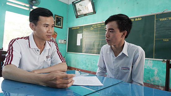 Em Phạm Ngọc Hiếu (bên phải) chia sẻ với thầy giáo về quá trình tích lũy kiến thức khoa học xã hội. Ảnh: NHƯ TRANG