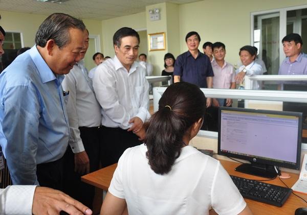 Phó Thủ tướng Thường trực Chính phủ Trương Hòa Bình tìm hiểu việc thực hiện tờ khai quyết toán thuế thu nhập doanh nghiệp tại Cục Thuế tỉnh.