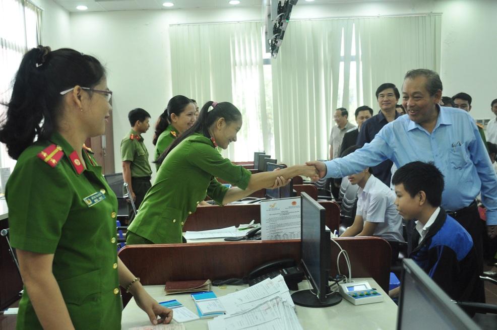 3: Phó Thủ tướng Thường trực Trương Hòa Bình đến thăm, động viên cán bộ Công an tỉnh được phân công tiếp nhận, giải quyết thủ tục hành chính tại Trung tâm Hành chính công và xúc tiến đầu tư tỉnh.