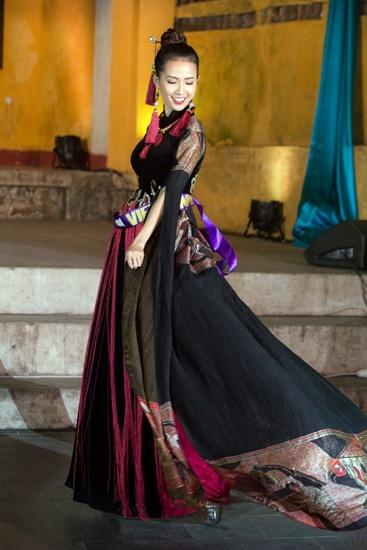 Duyên dáng áo dài tại phố cổ Hội An