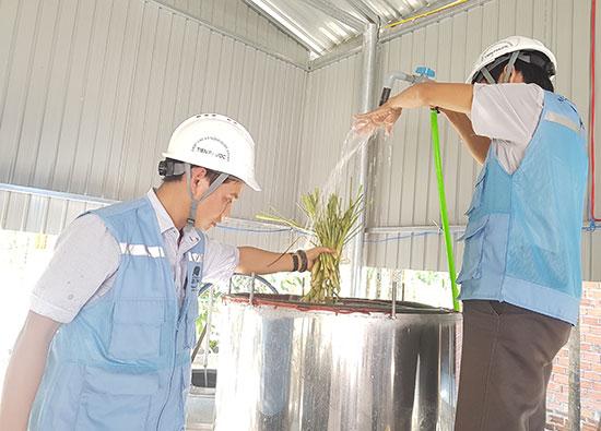 Võ Duy Nghĩa đang kiểm tra lò nấu tinh dầu sả trước khi khởi động sản xuất. Ảnh: D.L