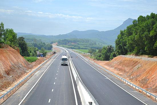 Tuyến chính cao tốc qua địa bàn Núi Thành đã cơ bản hoàn thành. Ảnh: C.TÚ