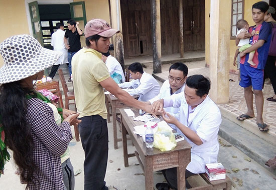 Lấy lam máu xét nghiệm ký sinh trùng sốt rét.Ảnh: L.P.L.N