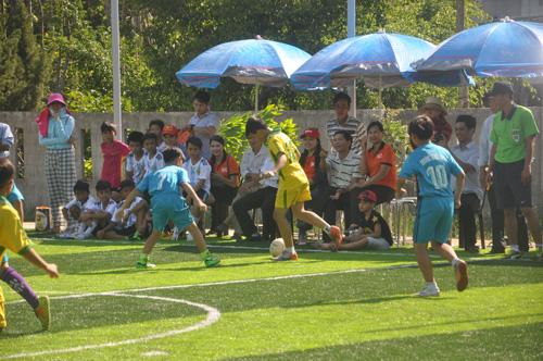 Các em học sinh của 4 trường tiểu học thi đấu giao lưu bóng đá nhân dịp khánh thành sân. Ảnh: X.P