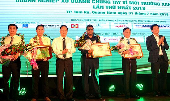 Phó Chủ tịch UBND tỉnh Lê Trí Thanh tuyên dương các doanh nghiệp bảo vệ tốt môi trường.