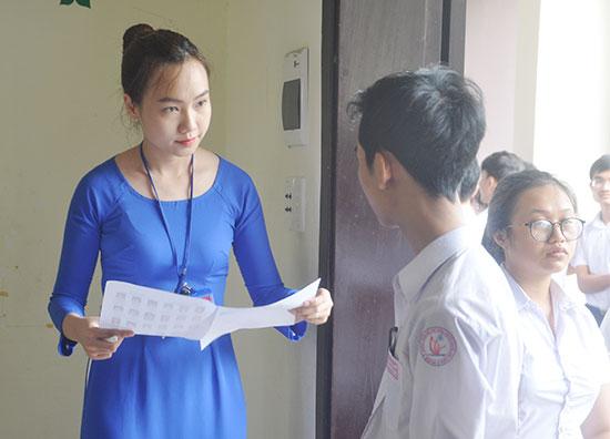 Giám thị kiểm tra thí sinh trước khi bước vào phòng thi THPT quốc gia 2018. Ảnh: XUÂN PHÚ