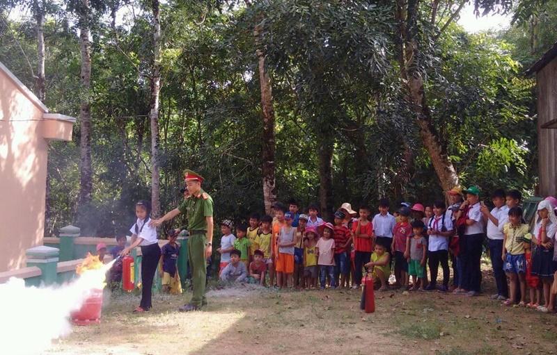 Tuyên truyền phòng cháy chữa cháy và phòng chống đuối nước cho các em học sinh. Ảnh: M.L
