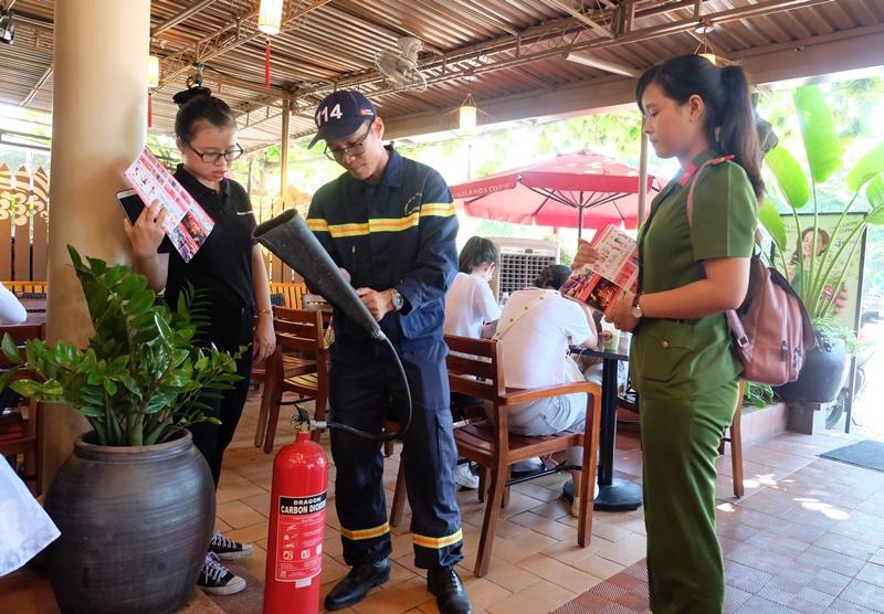 Hướng dẫn người dân cách sử dụng bình chữa cháy. Ảnh: M.L