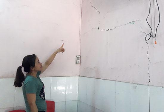 Tường lớp học tại Trường Mẫu giáo Họa Mi đã bị nứt.  Ảnh: Q.T