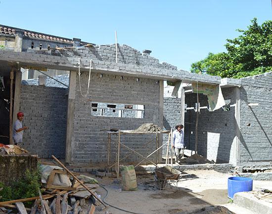 Công trình nhà vệ sinh Trường THPT Trần Quý Cáp đang được xây mới theo tiêu chuẩn quy định. Ảnh: V.L