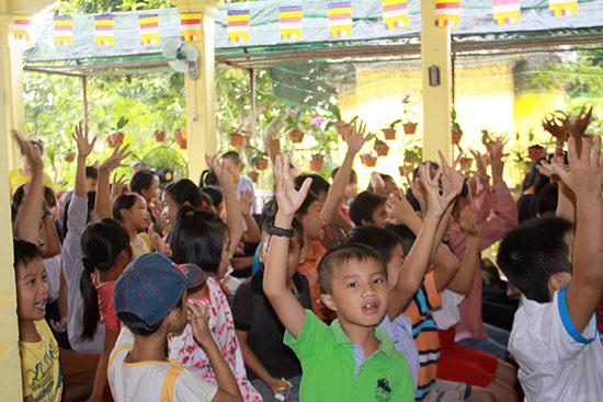 Học sinh tham gia lớp học hè miễn phí tại chùa Bồng Lai. Ảnh: B.NGUYÊN