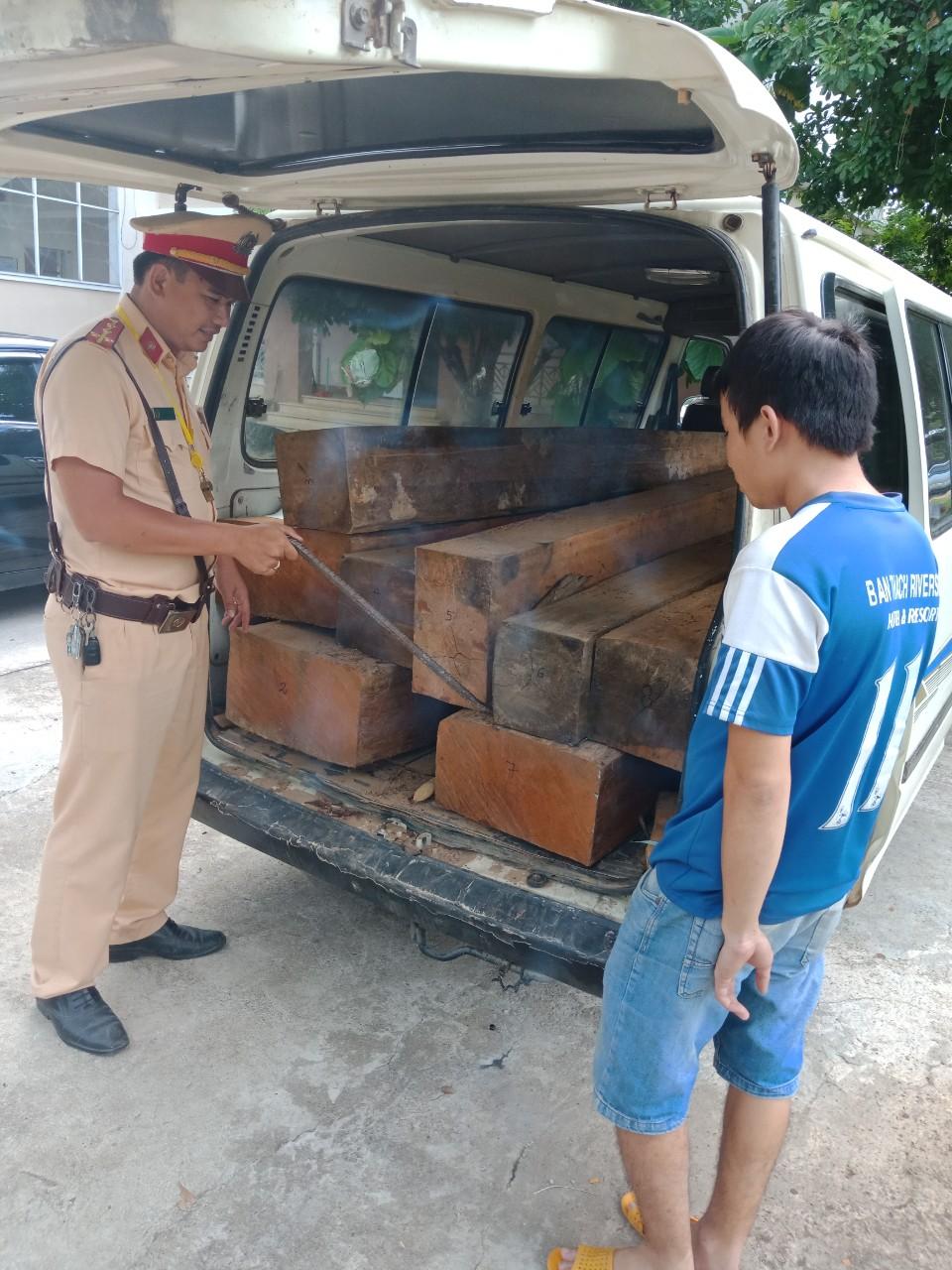 Số gỗ lậu được CSGT thu giữ.