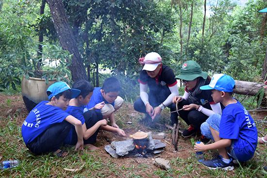 Thanh niên hướng dẫn các em cách nấu cơm.