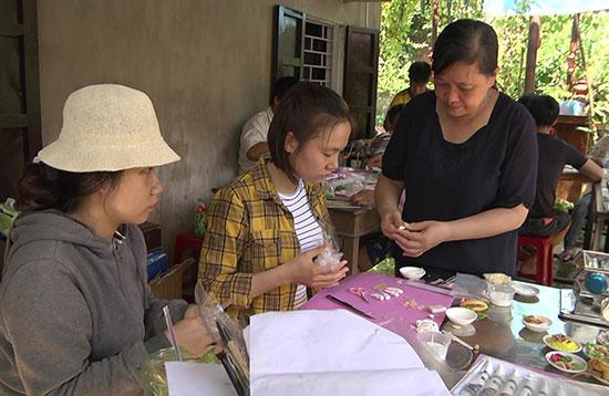 Lớp đào tạo nghề gốm mỹ nghệ mang tới nhiều cơ hội cho người trẻ ở làng gốm Thanh Hà. Ảnh: P.Sơn