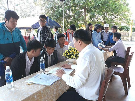 Nhiều thí sinh quan tâm vấn đề học phí trong các buổi tư vấn tuyển sinh. Trong ảnh: Đại học Đà Nẵng tư vấn tuyển sinh cho thí sinh Quảng Nam. Ảnh: C.N