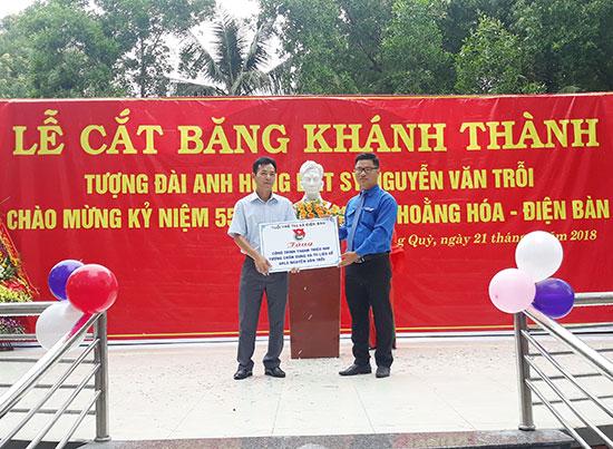 Nhân khánh thành tượng đài Nguyễn Văn Trỗi, tuổi trẻ Điện Bàn còn trao tặng 40 hình ảnh tư liệu quý về người anh hùng liệt sĩ này.