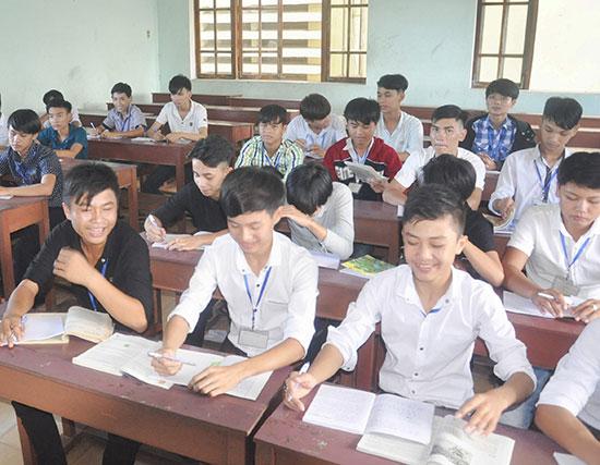 Học sinh tốt nghiệp THCS vào học nghề tại Trường Cao đẳng Kinh tế - kỹ thuật Quảng Nam. Ảnh: X.PHÚ