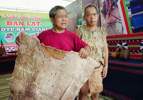 Già làng Bling Hạnh (trái) giới thiệu bộ trang phục làm bằng vỏ cây.  Ảnh: N.Đ.N