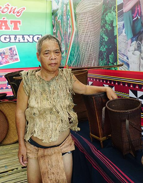 Ông Bling Chiu trong bộ trang phục làm bằng vỏ cây.