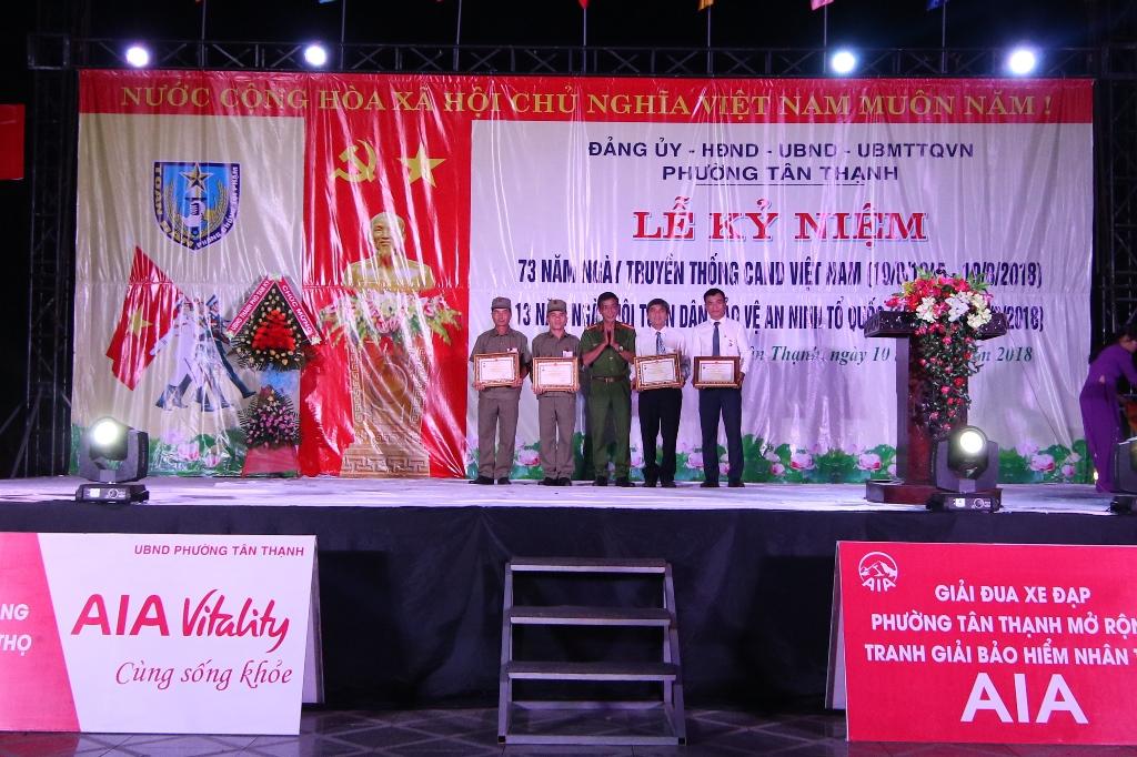 Lãnh đạo Công an thành phố trao kỷ niệm chương