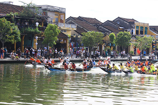 Boat racing in Hoai river