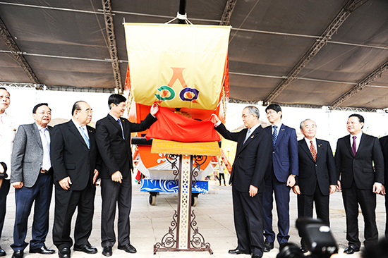 Secretary of the Quang Nam provincial Party Committee Nguyen Ngoc Quang (left) at the ceremony of receiving the ship model last year.