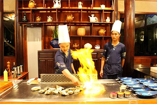 Đầu bếp Nhật trổ tài với các món ăn phong cách Teppanyaki. Ảnh: LÊ LỘC