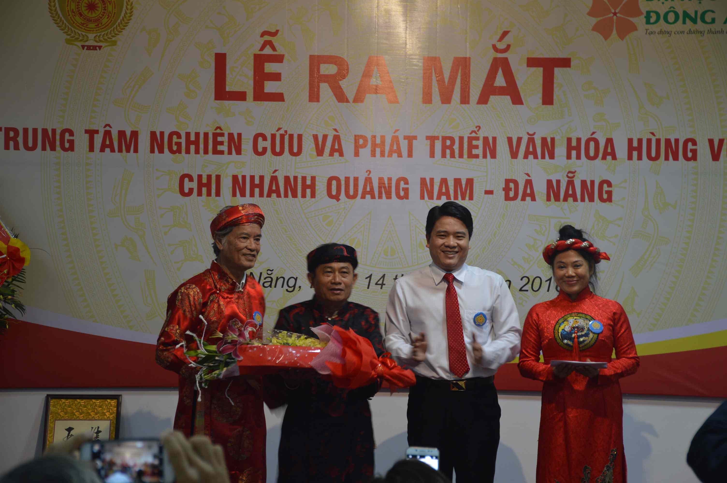 Phó Chủ tịch UBND tỉnh Trần Văn Tân tặng hoa và quà lưu niệm chúc mừng chi nhánh. Ảnh: Q.T