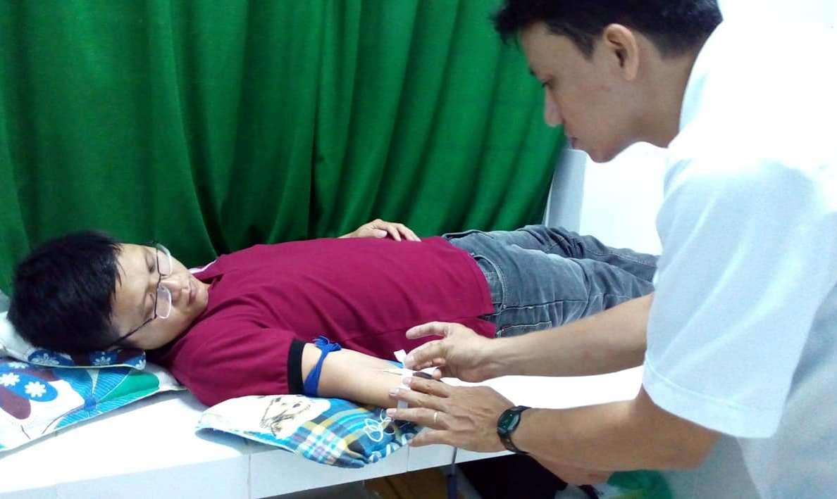 Bác sỹ Nguyễn Ngọc Bách đang hiến máu cứu sống sản phụ.