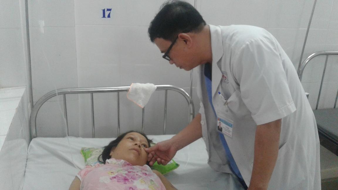 Bác sỹ Võ Thôi - Trưởng khoa Sản Bệnh viện đa khoa khu vực Quảng Nam thăm hỏi tình trạng sức khỏe của sản phụ.