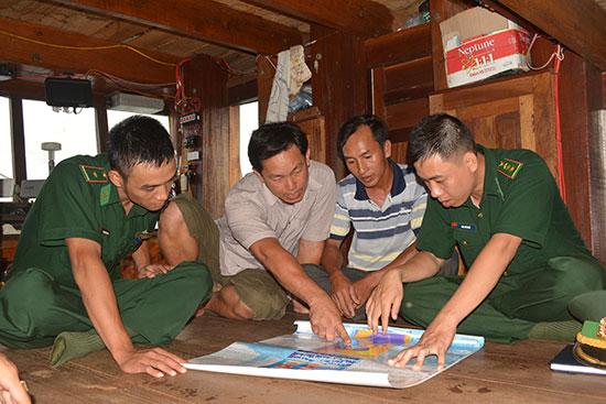 Bộ đội biên phòng tuyên truyền biển đảo cho ngư dân. Ảnh: H.A
