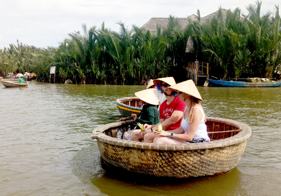 Du khách đi tham quan rừng dừa Cẩm Thanh không được trang bị áo phao. Ảnh: VINH THẮNG