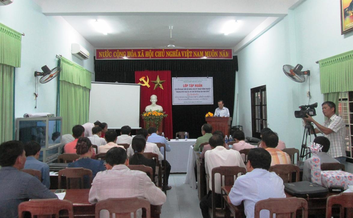 Các cán bộ nông nghiệp của tỉnh Sê Kông tham gia khóa tập huấn.  Ảnh: VĂN SỰ