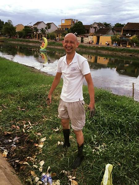 Genta Miyagawa in a movement of environmental sanitation on the Hoai river, Hoi An city