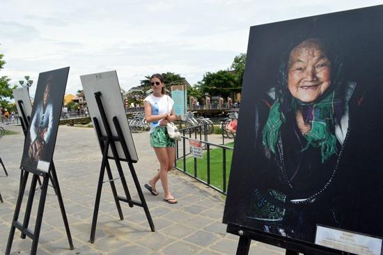 Trưng bày triển lãm ảnh của nghệ sĩ Réhanh trong lễ hội đã hoàn tất